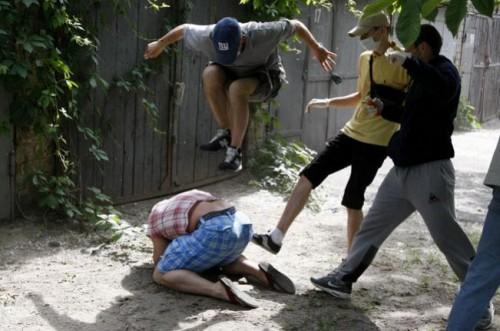 agressão militante gay ucrânia