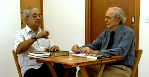 Cláudio Guerra (esquerda) é entrevistado pelo jornalista Alberto Dines (direita)