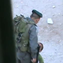 soldado israel agride criança