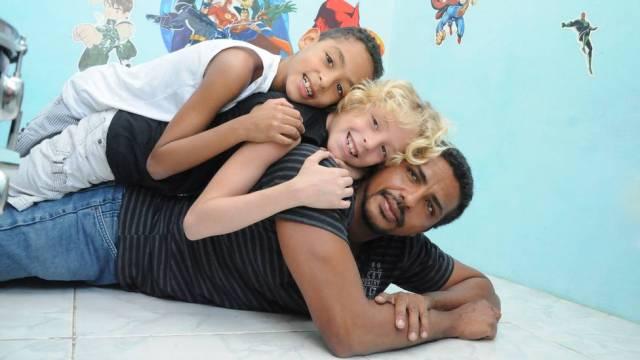 pai gêmeos negro branco