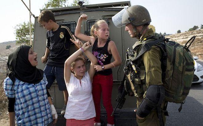 menina palestina soldado israel