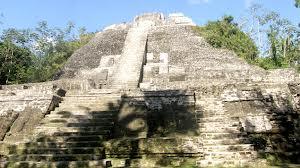 pirâmide maia destruiída