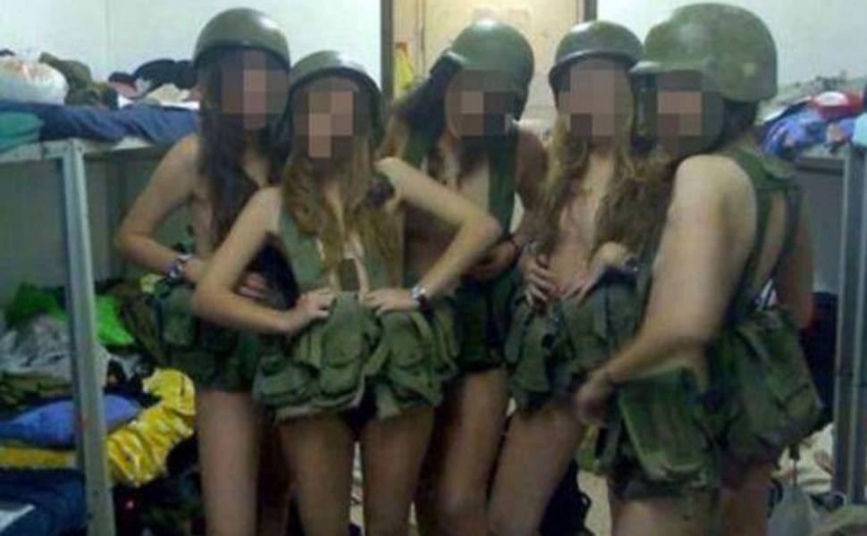 Израильских девушек-солдат наказали за откровенные фотографии в военной фор