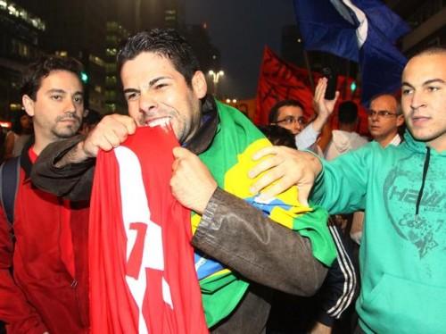manifestante-morde-bandeira