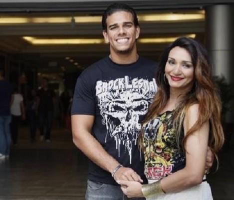 """Gustavo faz questão de andar de mãos dadas a Bruna. """"Ela é tudo na minha vida"""" (Agência Globo / Márcio Alves)"""