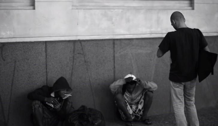 Alessio Ortu diante de dois viciados em crack. Um deles, a direita, usa a droga há 20 anos