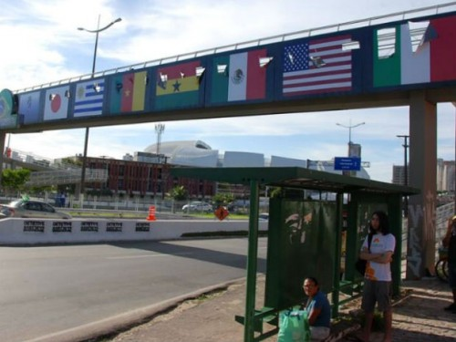 (Decoração da passarela com as bandeiras dos países da Copa)