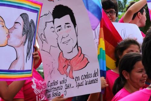 beijo gay ativistas paraguai