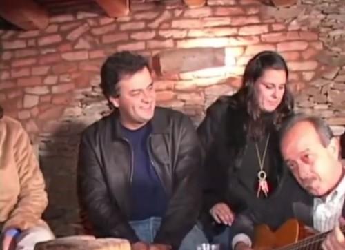 """Aécio Neves, em 2006, participa de cantoria no local que chama de """"Meu Palácio de Versalhes"""", a fazenda de sua família em que construiu um aeroporto com dinheiro público (Reprodução)"""