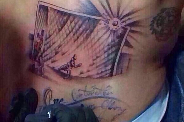 atacante chile tatuagem bola na trave