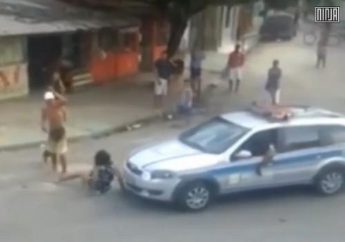 homem agride mulher policiais