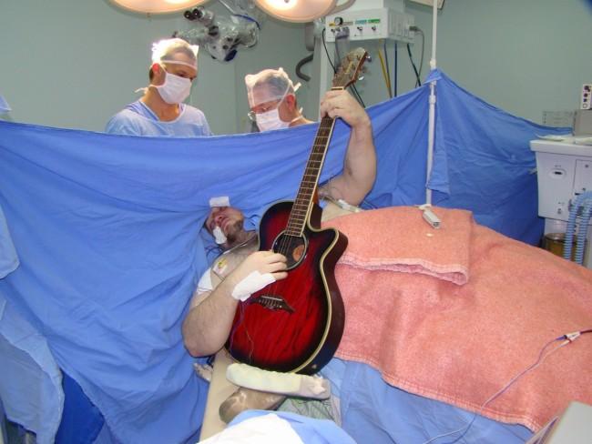 paciente canta cirurgia cérebro