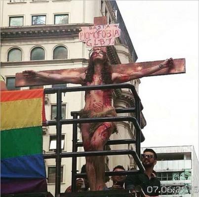 parada gay viviany crucificada