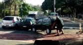 homem-ciclovia-levanta-carro