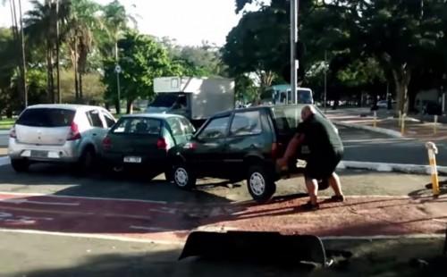 homem levanta carro ciclovia