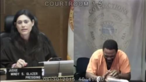 homem chora juíza eua suspeito