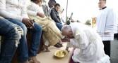 papa-francisco-lava-pes-de-refugiados