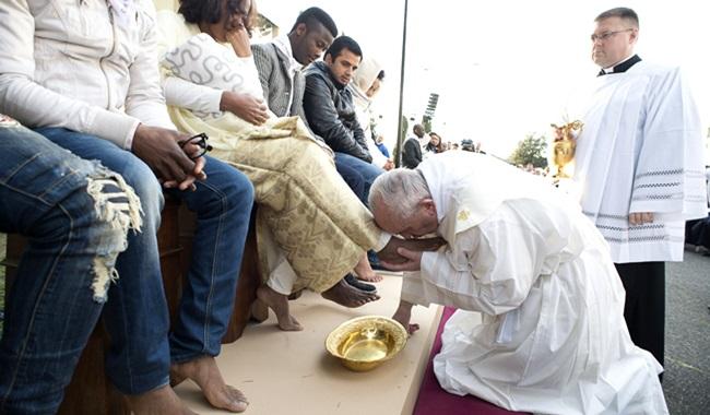 papa francisco lava pés refugiados