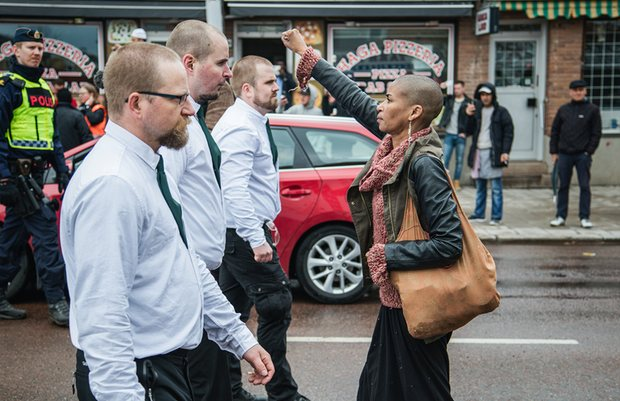 neonazista Suécia mulher marcha
