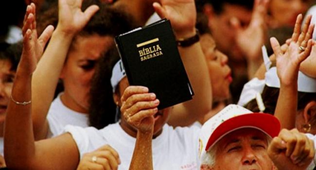 profissional gay demitido culto evangélico