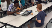 autista-almocava-sozinho-escola-surpreendido-atleta