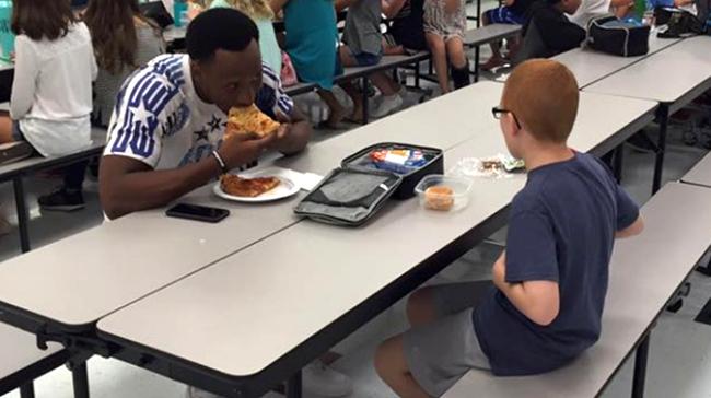 Travis Rudolph autista escola almoçar eua