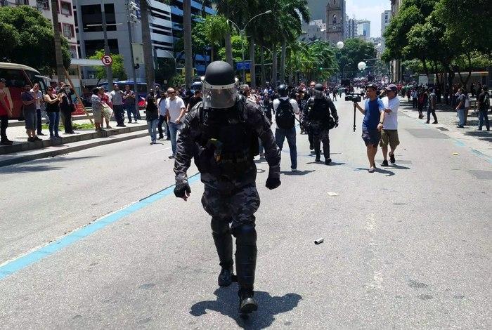 policiais abandonam repressão manifestantes