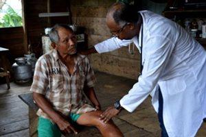 medico-cubano-reduzindo-antibioticos-aldeias-indigenas