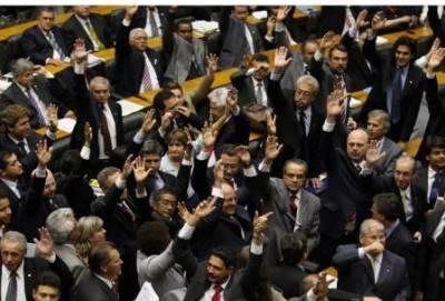 Deputados aumentam suas próprias verbas