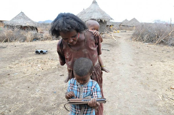 criança etiópia tablet