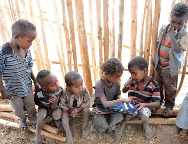 Crianças analfabetas da Etiópia hackear tablets