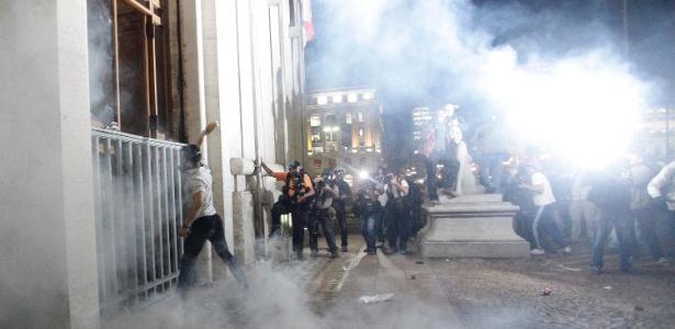 manifestantes atacam prefeitura sp