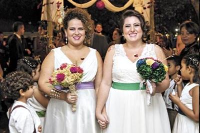 Professoras se casam em escola particular com presença de pais e alunos
