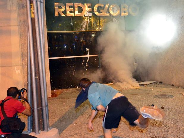 manifestantes prédio globo molotov