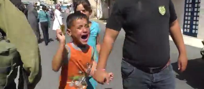 Soldados israelenses prendem menino palestino de 5 anos palestina livre crianças israel