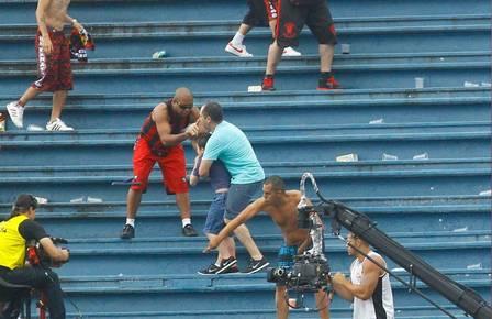 Torcedor do atlético paranaense se aproxima de pai e filho