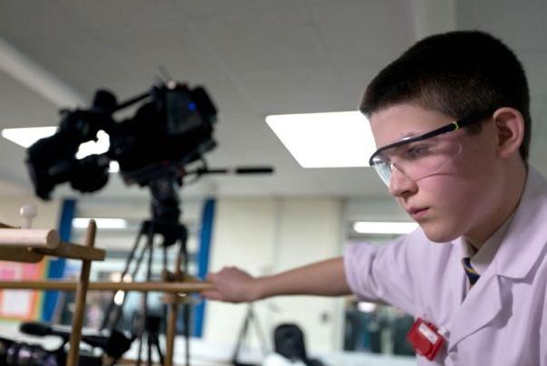 menino 13 anos reator nuclear