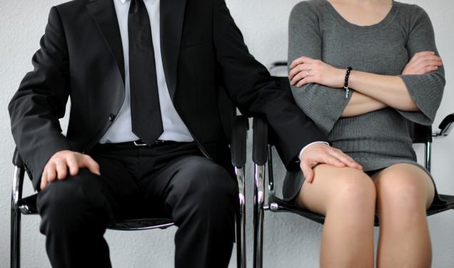 assédio Mulheres constrangidas ambiente trabalho