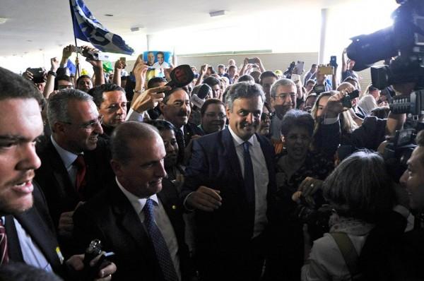 Aécio provoca comoção retorno ao Senado critica impeachment