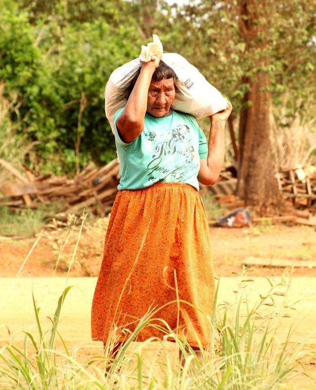 mulher india xavante trabalhando