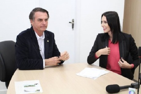 Bolsonaro assedia repórter Danúbia de Souza Blumenau
