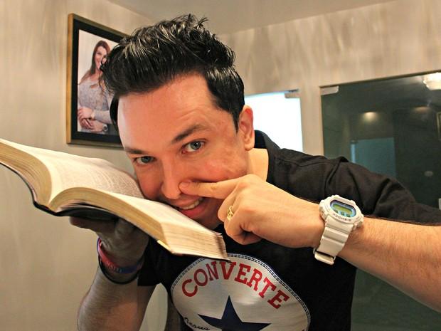 Pastor cheira bíblia Lucinho