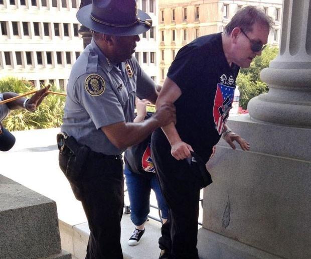 foto negro policial nazista racista