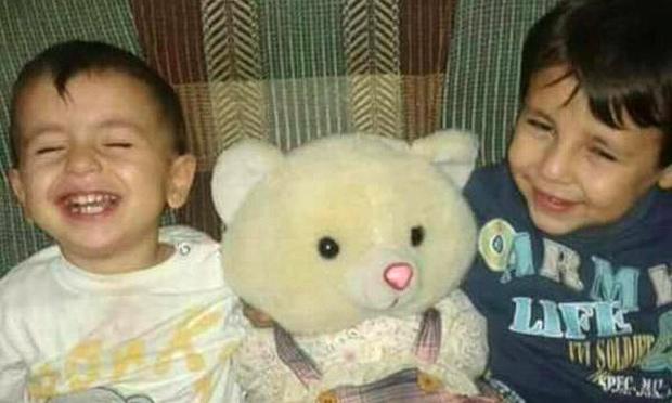Aylan Kurdi (esq) tinha apenas 3 anos