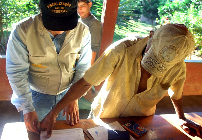 Trabalho escravo no Brasil em 2015 936 pessoas são resgatadas mercado direitos humanos