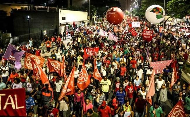 Manifestantes globo golpe