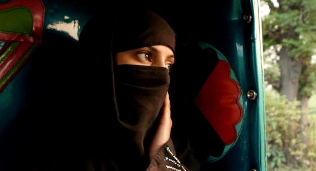 paquistão moça baleada jogada no rio crime de honra