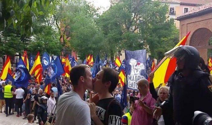 casal gay homofobia nazistas beijos