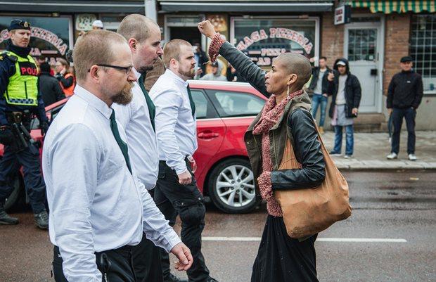 mulher  marcha neonazista na Suécia Suécia