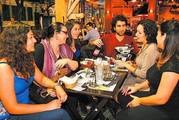 debate política amigos mesa bar